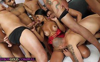 Gangbang with delicous big ass latina trannie Thayssa Fadinha